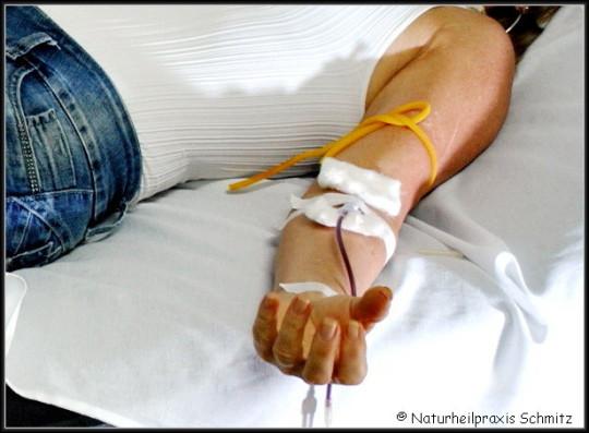 Patientin liegt Arm ausgestreckt Blutabnahmebesteck weiße Unterlage Liege Tupfer Abbindeschlauch